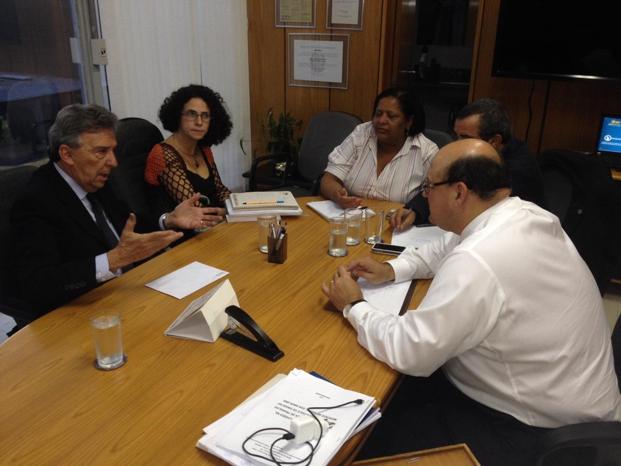 Na foto, o secretário de Gestão do Trabalho e da Educação na Saúde, Mozart Sales, o prefeito José Queiroz e representantes do Ministério da Saúde.