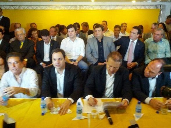 O vice-governador João Lyra Neto e o deputado Wolney Queiroz (ao fundo) foram vistos no anúncio da chapa
